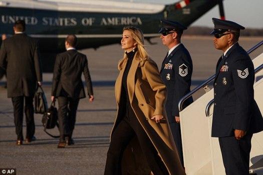 Las imágenes capturadas en la Base Conjunta Andrews en Maryland el jueves muestran a Ivanka como el 'futuro presidente de los Estados Unidos'
