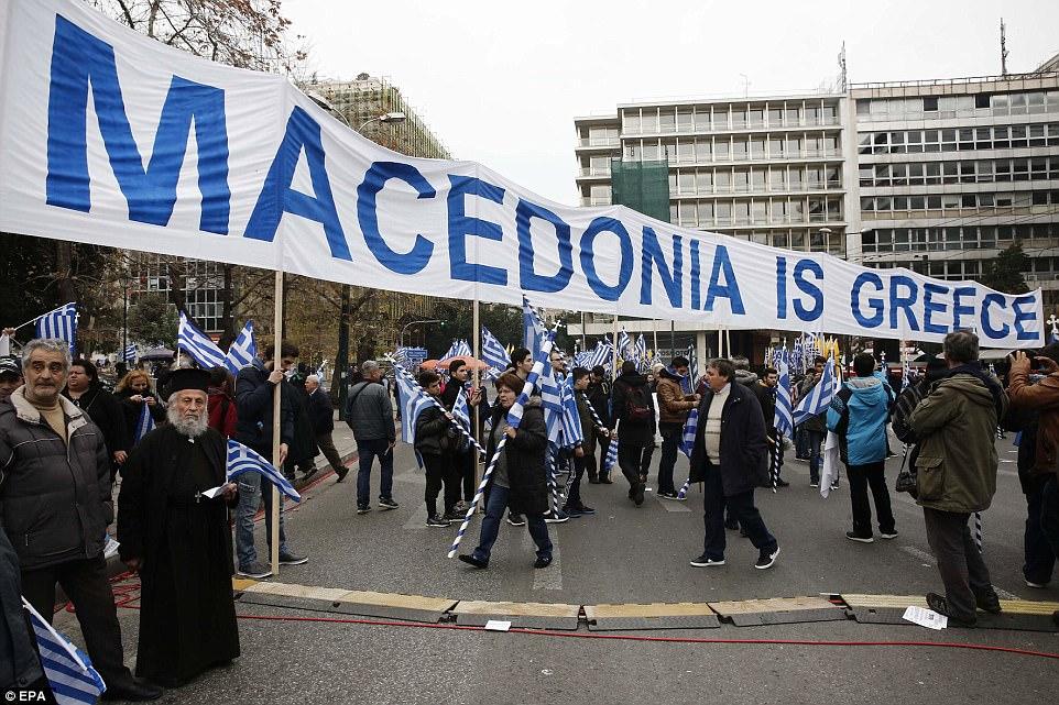 Οι διαδηλωτές κρατούν ένα πανό που αναφέρει ότι η «Μακεδονία είναι η Ελλάδα» κατά τη διάρκεια του μαζικού αγώνα για το όνομα της Πρώην Γιουγκοσλαβικής Δημοκρατίας της Μακεδονίας