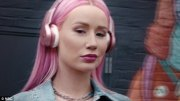 iggy azalea rocks bright pink hair