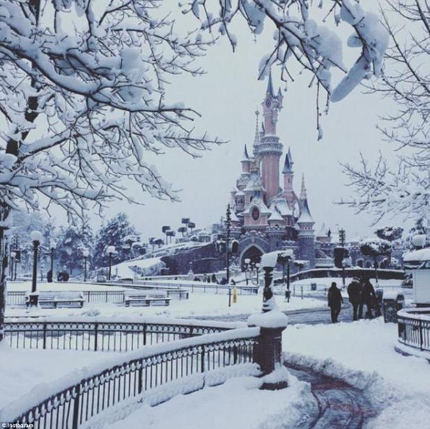 País de las maravillas del invierno: Disneyland Paris ha estado cubierto de nieve, incluido el famoso castillo rosa