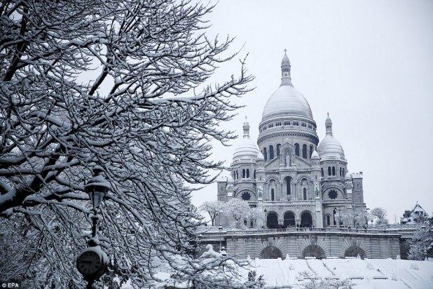 Clima invernal: lugares icónicos como el Sacre Coeur, en la imagen, la catedral de Notre Dame y la Torre Eiffel están cubiertos de nieve después de que siete pulgadas cayeron en París el miércoles