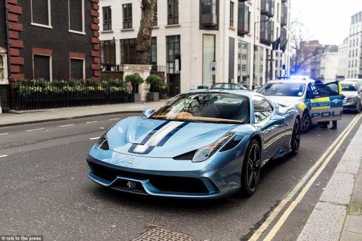 El Ferrari 458 Speciale Aperta, uno de los únicos 49 fabricados con manetas de mano especiales, fue confiscado cerca de Berkeley Square en la capital el domingo alrededor de las 2 p.m.
