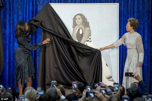 La artista de Baltimore Amy Sherald, a la derecha, recibió el encargo de hacer el retrato para la Galería Smithsonian National Portrait.