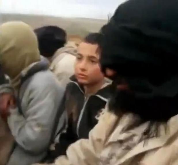 Un segundo video muestra lo que parece ser el mismo niño montado en un camión junto a otros presos del ISIS