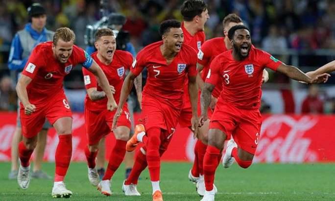 انگلینڈ کے کھلاڑی کولمبیا کے خلاف میچ میں فتح کے بعد جشن منا رہے ہیں— فوٹو: اے ایف پی