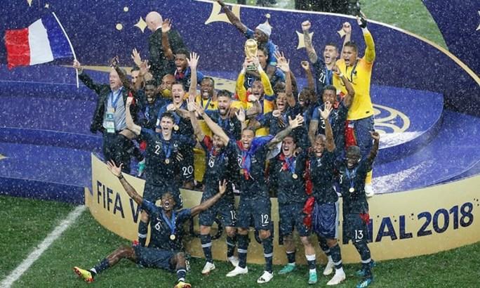 فرانس کی ٹیم عالمی چیمپیئن بننے کا جشن منارہی ہے — فوٹو: اے پی