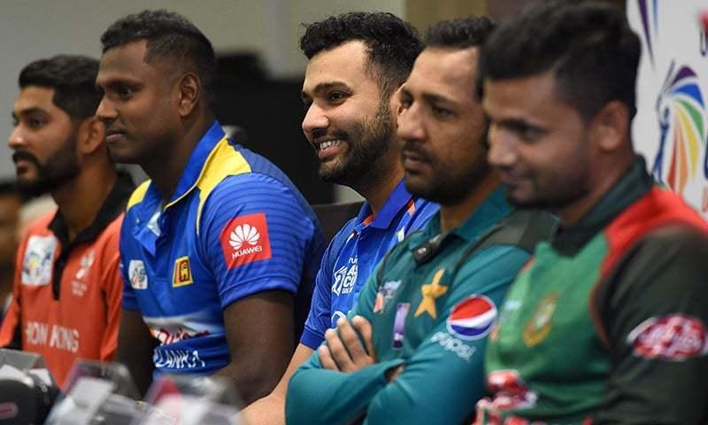 بھارتی کرکٹ ٹیم کے کپتان روہت شرما (درمیان میں) دبئی کے دبئی انٹرنیشنل کرکٹ اسٹیڈیم میں ایشیا کپ پریس کانفرنس سے خطاب کر رہے ہیں۔ ان کے بائیں جانب ہانگ کانگ کرکٹ ٹیم کے کپتان انشومان راتھ، سری لنکن کپتان اینجلو میتھیوز (بائیں جانب دوسرے)، پاکستانی کپتان سرفراز احمد (دائیں جانب دوسرے) اور بنگلہ دیشی کپتان مشرفی مرتضیٰ (دائیں) بھی موجود ہیں — اے ایف پی