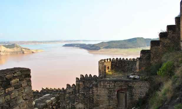 قلعے سے منگلا جھیل کا نظارہ۔