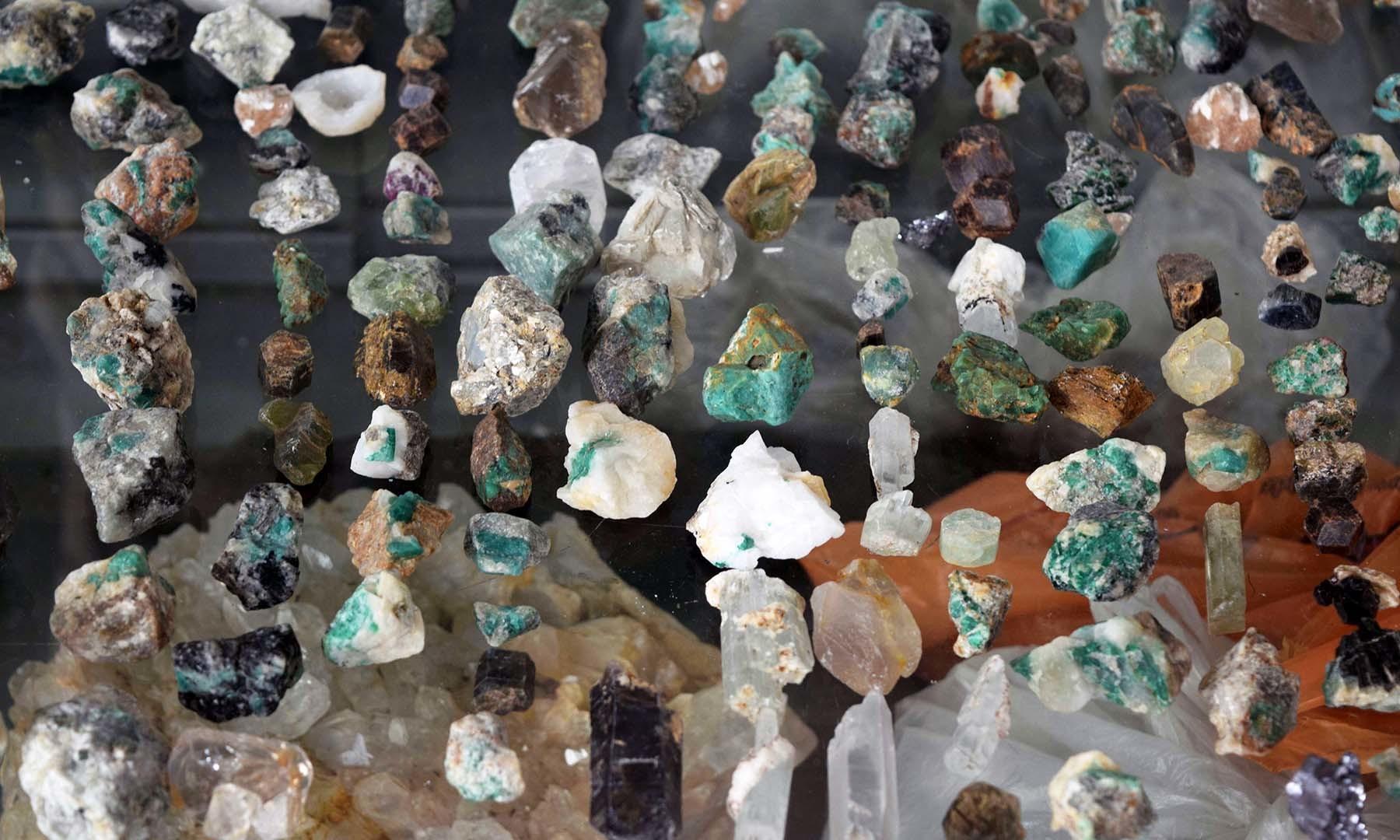جس پتھر کا رنگ گہرا ہرا ہوتا ہے، اس کی قیمت زیادہ ہوتی ہے اور جس کا رنگ کمزور ہوتا ہے، اس کی قیمت کم ہوتی ہے۔