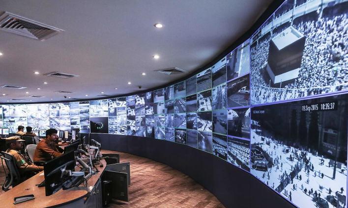 سعودی سیکیورٹی حکام اسکرینوں پر عازمین حج کو دیکھ رہے ہیں جو مکہ میں موجود ہیں — فوٹو اے پی