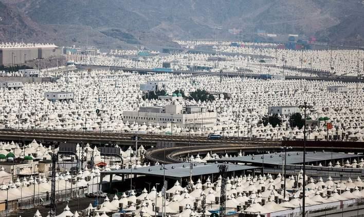 لاکھوں عازمین حج منیٰ کے میدان میں لگے خیموں کی بستی میں موجود ہیں — فوٹو اے پی