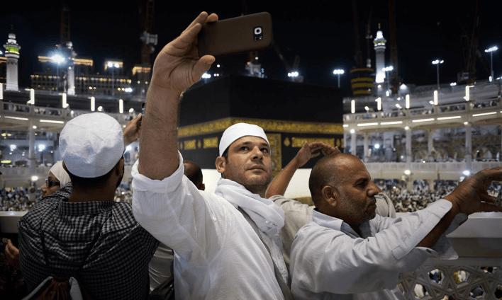 حج کے لیے آئے مسلمان مسجد الحرام میں تصاویر لینے میں مصروف ہیں — فوٹو اے ایف پی