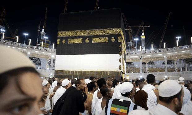 مسلمان کعبہ کا ظواف کرنے میں مصروف ہیں — فوٹو اے ایف پی