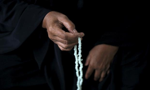 ایک مسلمان کرام تسبیح پکڑے ہوئے عبادت میں مصروف ہیں— فوٹو رائٹرز