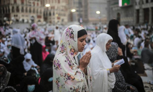 لوگ مسجد الحرام کے باہر عبادت میں مصروف ہیں — فوٹو اے پی