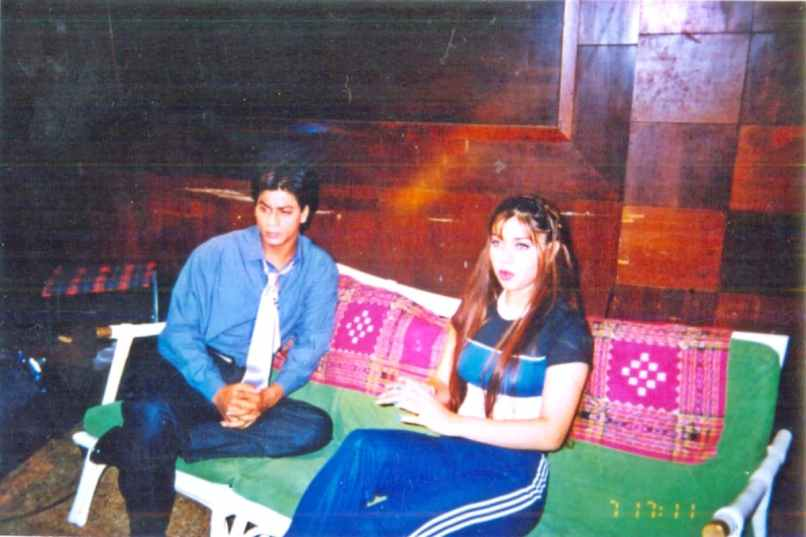 A sullen-looking SRK showed Komal some serious attitude as a joke during their interview