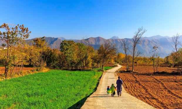 ایک خوش و خرم خاندان. — فوٹو سید مہدی بخاری۔
