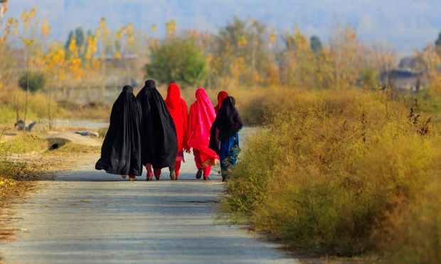 سوات میں خواتین سڑکوں پر کافی تعداد میں نظر آتی ہیں. — فوٹو سید مہدی بخاری۔