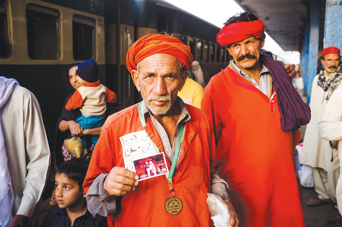 Khanzada Polseel, a porter at the Karachi Cantt railway station | Photos by Mohammad Ali, White Star
