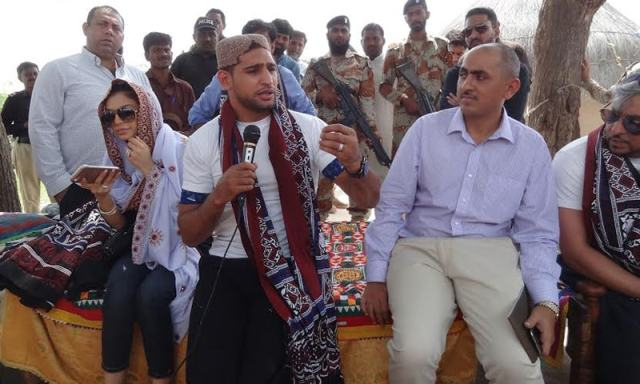 Amir Khan addresses a gathering during a visit to Thar. ─ Photo by author.