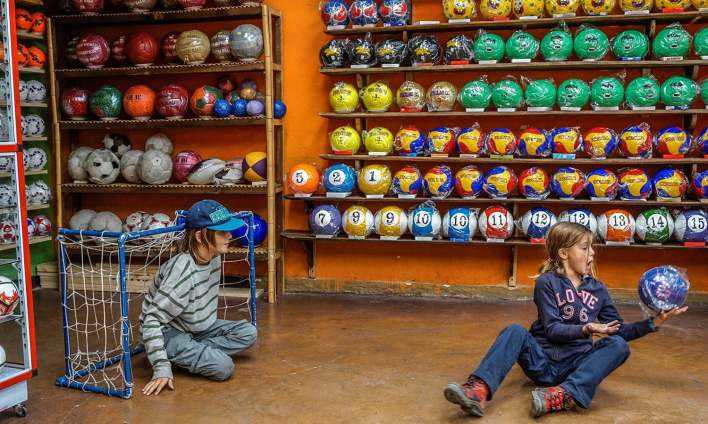 فٹ بال بنانے والی فیکٹریوں میں باہر سے آنے والوں کے لیے بالخصوص بچوں کے لیے کھیلنے کی جگہیں بنائی گئی ہیں—فوٹو: اے ایف پی
