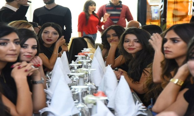 مقابلہ حسن کی تقریب میں شریک خاکروب لڑکیاں—فوٹو: ایرم نیوز