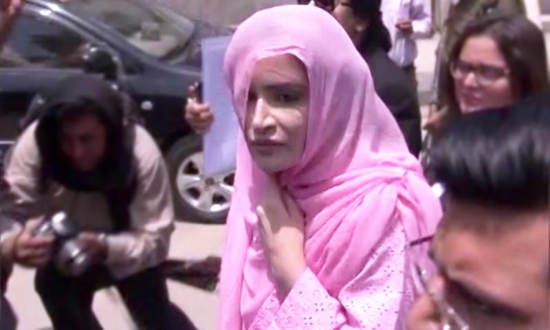 عائشہ احد سپریم کورٹ لاہور جسٹری میں تشریف لے جارہی ہیں— فوٹو، ڈان نیوز