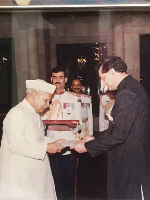 Riaz Khokhar presents his credentials to the then Indian president Shankar Dayal Sharma in the 1990s | Courtesy Riaz Khokhar