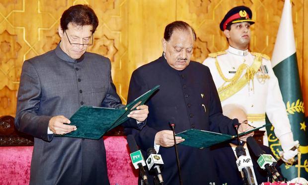 عمران خان وزیر اعظم کے عہدے کا حلف اٹھا رہے ہیں — فوٹو: اے ایف پی