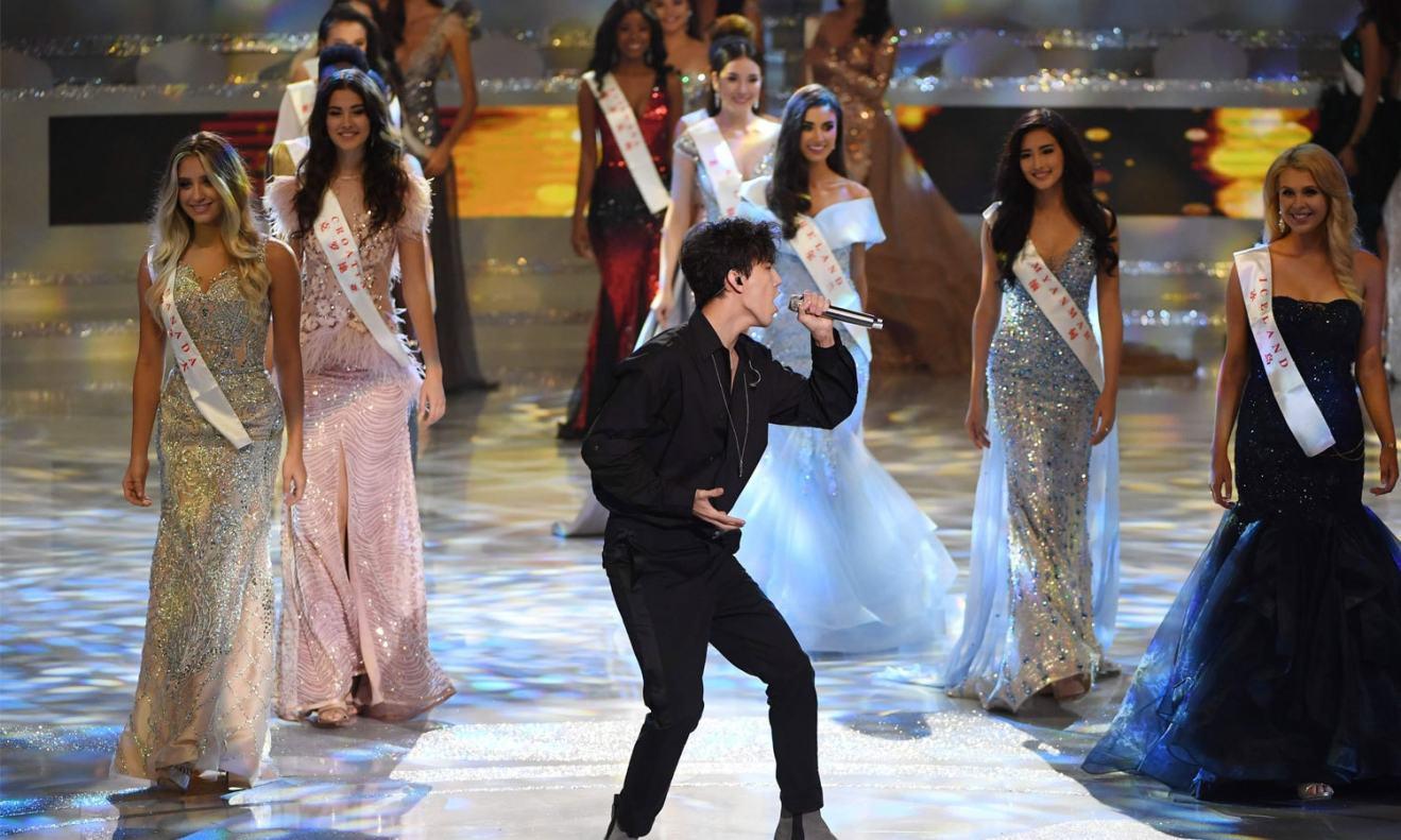 68ویں مس ورلڈ کے مقابلے میں قازقستان کے گلوکار دمش کدیبرگن پرفارم کر رہے ہیں— فوٹو: اے ایف پی