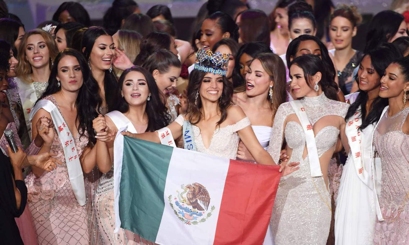 ونیسا پونسے ڈی لیون مس ورلڈ بننے کے بعد اپنے ملک میکسکو کا جھنڈا تھامے ہوئی ہیں— فوٹو: اے ایف پی