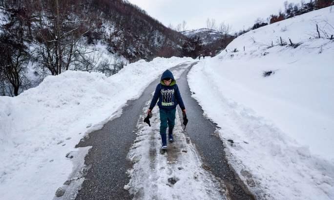 البانیا میں سردی اور منفی درجہ حرارت کے باعث کم ازکم 5 افراد جاں بحق ہوئے—فوٹو:اے ایف پی
