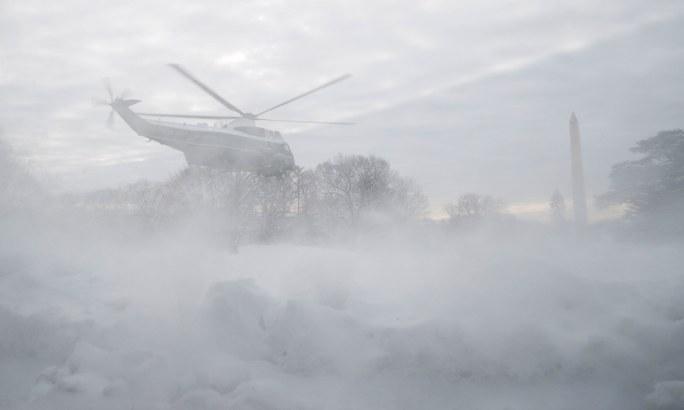امریکی صدر ڈونلڈ ٹرمپ برف باری کے دوران بھی ہیلی کاپٹر میں سفر کرتے رہے—فوٹو: اے پی