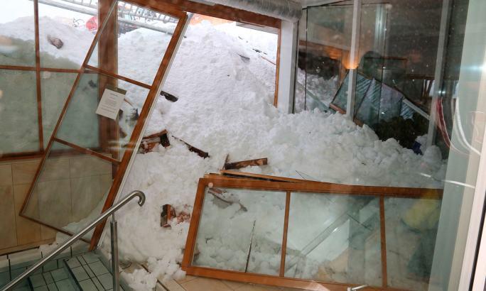 جرمنی میں برفانی تودے سے مکانات اور ہوٹل کو نقصان پہنچا لیکن کوئی جانی نقصان نہیں ہوا—فوٹو:اے پی