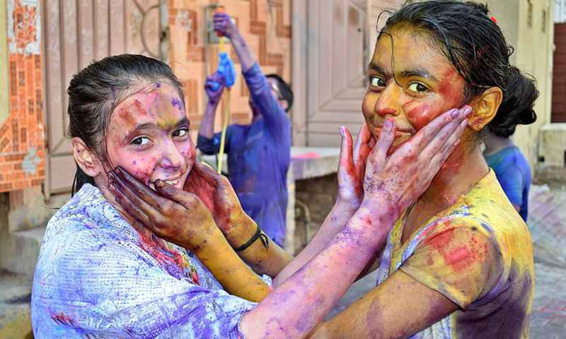 Children belonging to the Hindu community colouring each other to celebrate Holi in Larkana, Pakistan, on March 20, 2019. — APP