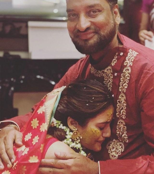 اداکارہ نے والد کے ساتھ جذباتی تصویر بھی شیئر کی—فوٹو: انسٹاگرام