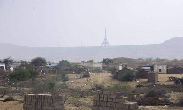 بحریہ ٹاؤن میں موجود آئفل ٹاور دور سے نظر آتا ہے —فوٹو: وائٹ اسٹار