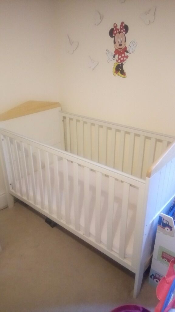 Mamas And Papa S Cot Bed Including Mattress Drawers With Changing Station