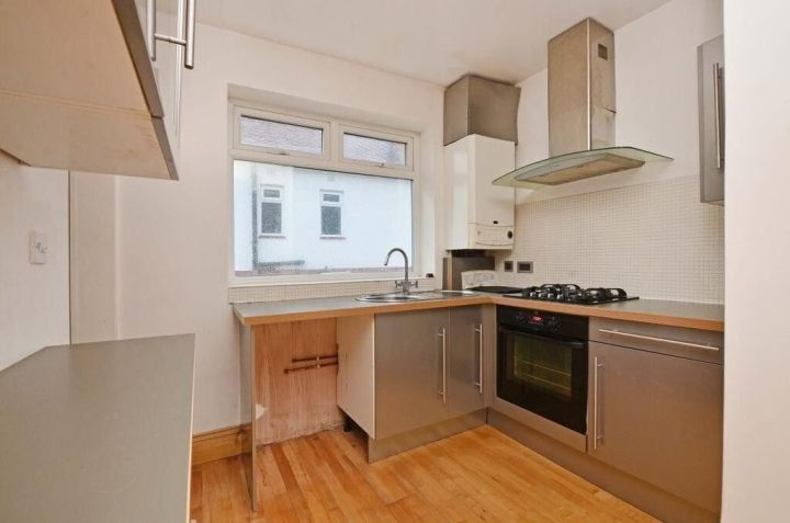 Very Good Size 3 Bedroom Flat In East Ham Part Dss With Guarantor Accepted