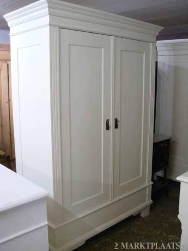 Brocant oude kledingkasten of kamerkast in white wash