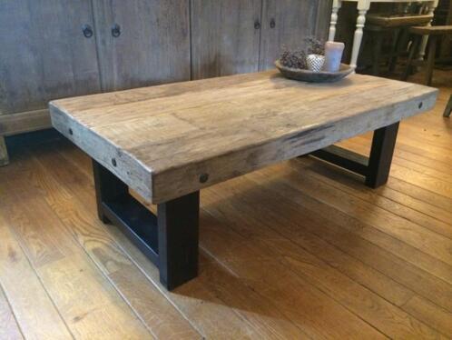 Stoere salontafel met robuust teak blad en ijzeren