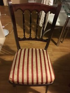 details sur chaise ancienne en bois noirci