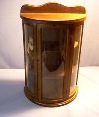 SMALL WOOD CURIO CABINET W/CURVED GLASS DOOR & SIDES TABLE