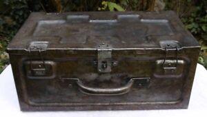 details sur malle industrielle en fer caisse valise blindee
