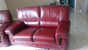 details sur canape et fauteuil en cuir de couleur bordeaux bonne assise achete chez but