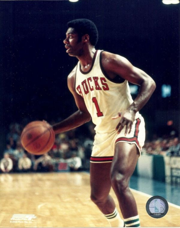 OSCAR ROBERTSON 8x10 ACTION PHOTO Vintage NBA Picture