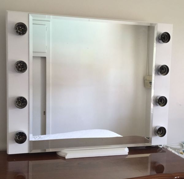 White Makeup Vanity with Lighted Mirror