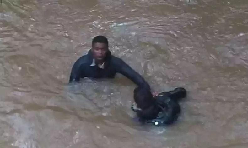 Bombeiros utilizaram técnicas de mergulho para chegar até o veículo(foto: Corpo de Bombeiros/Divulgação)