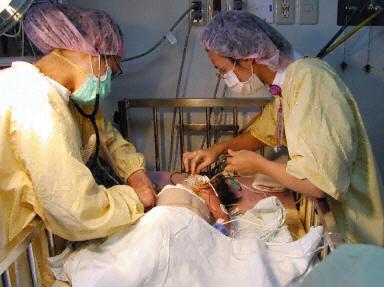 菲連體嬰分割出院 忠仁忠義送上祝福 | 大紀元