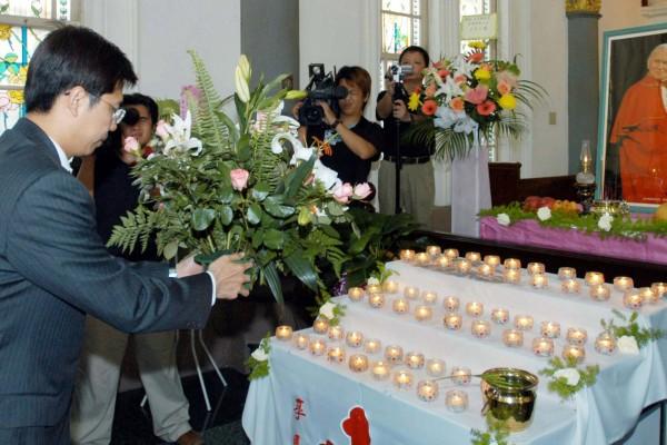 陳其邁赴高雄市天主教玫瑰堂 悼念教宗 | 大紀元